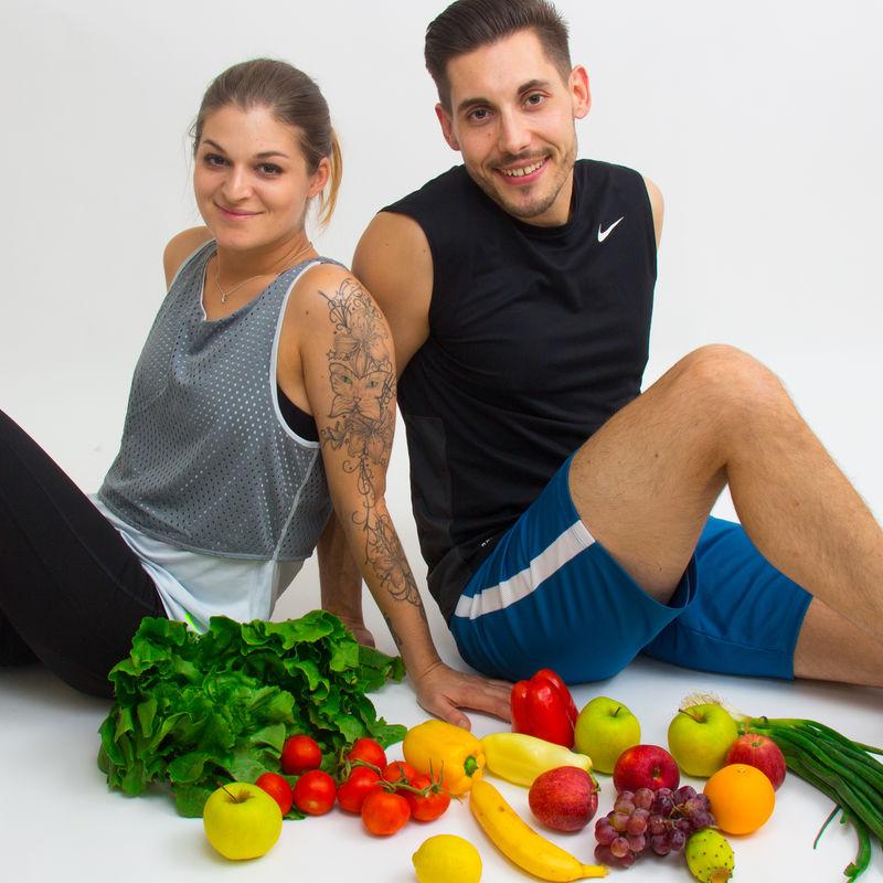 Gesund Leben - Susi und Severin sitzend mit Obst und Gemüse
