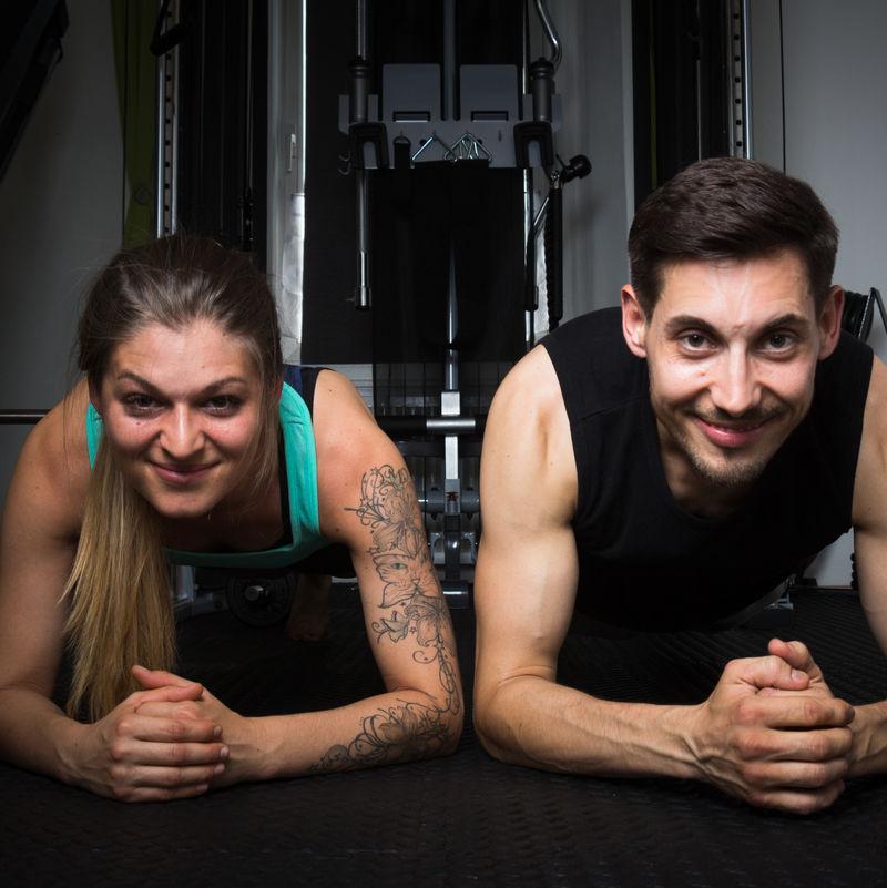 Susi und Severin - Planke-Position im Fitnessraum