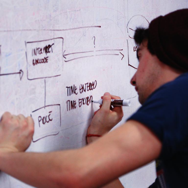 Ernährungsstrategien - Mann schreibt mit Stift auf ein weißes Plakat