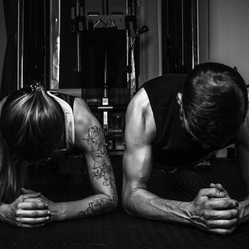 Susi und Severin von 80-20.fit - Planke in schwarz-weiß