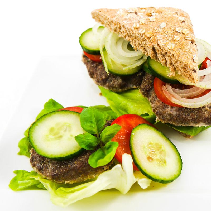 Ausgewogene Ernährung - gesunder Burger mit Vollkornlaibchen