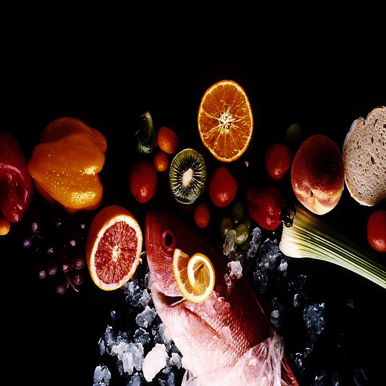 Säuren-Basen-Haushalt - Obst und Gemüse sowie ein Fisch