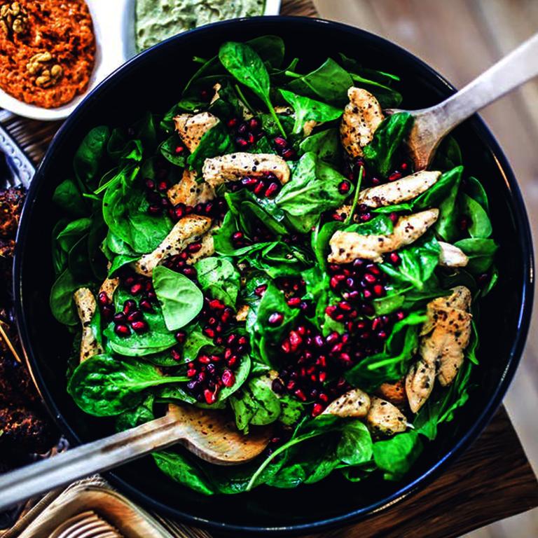 Alles zur Ernährung - Salatschüssel mit Fleisch und Granatäpfel