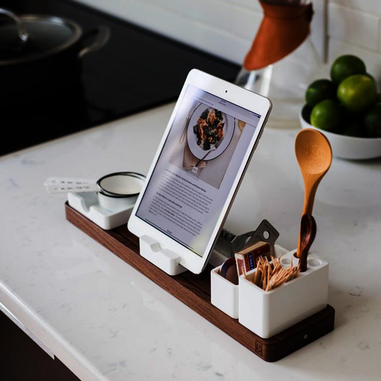 Rezeptbeispiele - Handy mit Halterung mit angezeigtem Rezept, Kochlöffel, Zahnstocher und Limetten in der Schüssel